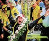 Le Français Simon Pagenaud a célébré sa victoire comme il se doit au Indy 500 en versant la traditionnelle bouteille de lait sur sa tête.