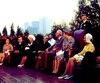 Le général de Gaulle sur la terrasse arrière de l'hôtel de ville de Montréal, en compagnie de plusieurs dignitaires, dont Lucien Saulnier, président du comité exécutif de la Communauté urbaine de Montréal, le cardinal Paul-Émile Léger et le premier ministre Daniel Johnson.