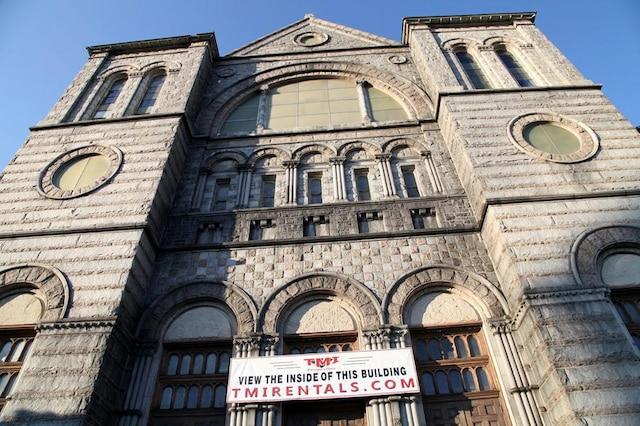 L'Église St-Jean Baptiste estaujourd'hui fermée et les nouveaux propriétaires veulent la convertir en espacecommercial.