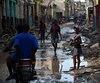 Une jeune fille tentait de circuler dans les rues de Jeremie, ville durement touchée par <i>Matthew</i>, vendredi en Haïti.