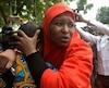 La fondatrice du mouvement Bring Back Our Girls, Oby Ezekwesili, est réconfortée par Aisha Yesufu, une autre activiste, lors d'une manifestation dans la capitale nigériane d'Abuja dans la foulée du meurtre d'une sage-femme de la Croix-Rouge par Boko Haram.