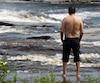 Le fort courant sur la rivière Mistassini rend la baignade extrêmement dangereuse. C'est pourquoi la Ville y interdit l'accès.