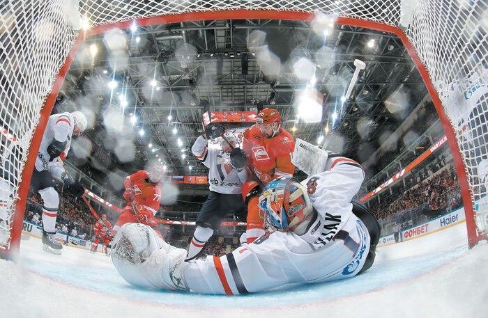 Du jeu endiablé a été offert aux amateurs de hockey qui ont assisté au duel entre le Spartak et le Slovan de Brastilava, samedi soir, à Moscou.