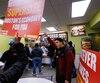 Des dizaines de milliers de travailleurs des industries à bas salaires comme la restauration rapide ont manifesté à travers les États-Unis le 15 avril pour exiger un salaire minimum de 15 $ l'heure.