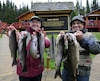 Voici deux pêcheurs heureux d'avoir pu capturer truites mouchetées et truites grises de belle taille lors de leur séjour au Camp Giroux sur le lac des Neiges.