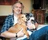 Normand D'Amour, en compagnie de ses deux chiens.