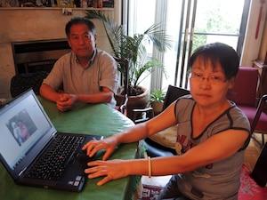 La sœur et le frère de la disparue, Jian Ying Li et Jian Jun Li, demandent l'aide du public pour dissiper le mystère entourant la disparition de leur sœur Jian Ping Li, disparue depuis près de trois mois.