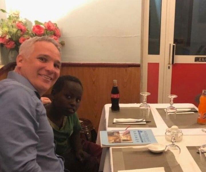 Éric Lefebvre invite au restaurant des enfants de la rue lors d'un voyage à Djibouti
