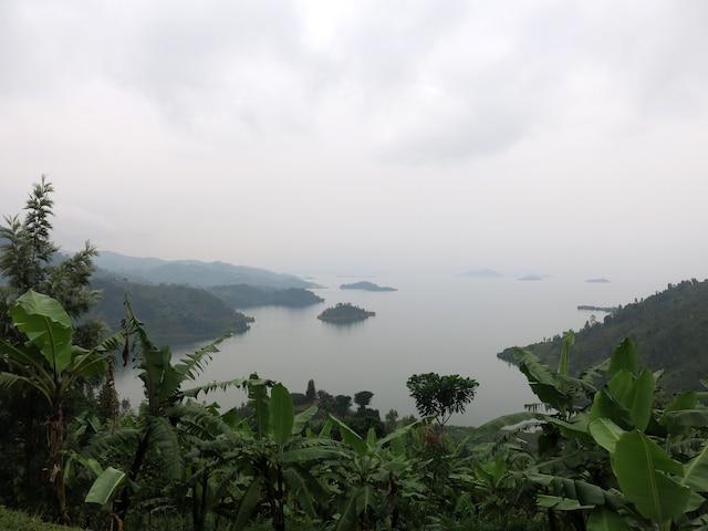 Vue sur le lac Kiva le long de la piste Congo Nile Trail.