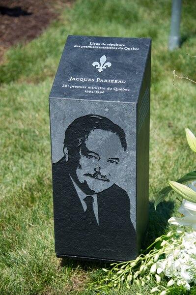 Un ultime hommage a été rendu à Jacques Parizeau, avec l'inauguration d'un monument et d'une esplanade à son nom au cimetière de Laval.