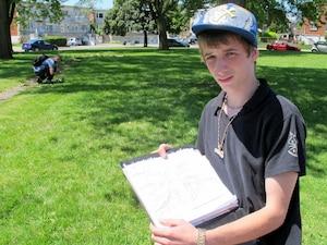 Jean-François Vautour, élève de 4e secondaire à l'école Cavelier-De LaSalle, a déjà récolté plusieurs dizaines de signatures pour soutenir l'enseignant Philippe Trahan (en médaillon). Il reconnaît l'erreur du professeur, mais ne souhaite pas son renvoi.