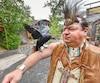 Simon Pérusse et sa corneille Moko reçoivent les visiteurs au site traditionnel huron de Wendake.