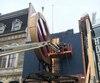 La gigantesque enseigne ronde du Cinéma de Paris a été démantelée et, en raison de son état de détérioration, ne retrouvera pas sa place sur la façade du théâtre Le Diamant.