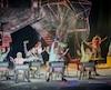 Le cirque utilise brillamment la glace comme surface de projection. Des images et éclairages élaborés animent chaque tableau, se dessinant au gré des coups de patin.