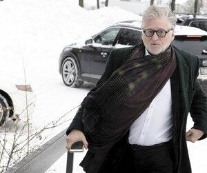 Gilbert Rozon à sa sortie du Centre opérationnel Est de la police de Montréal où il a dû se rendre pour une prise de photo et de ses empreintes digitales, mardi.