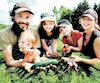 Denis Morais et Marie-Hélène Côté avec leurs trois enfants, Élie, Jeanne et Rachel, qui montrent fièrement quelques légumes produits sur leur ferme, Les Potagers Mycobio.