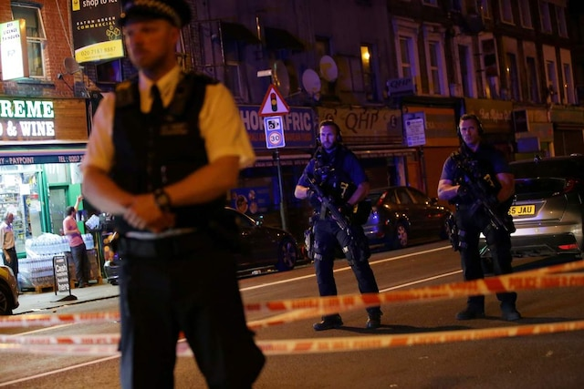 Armed police guard a street in the Finsbury Park area of north London where a vehichle hit pedestrians on June 19, 2017. Several people are injured, police said Monday, adding that one person had been arrested. / AFP PHOTO / Daniel LEAL-OLIVAS