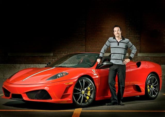 Luc Poirier devant une de ses Ferrari.