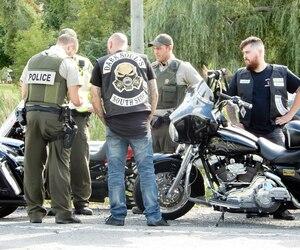 La SQ promet de traquer sur une base quotidienne les 70 membres des Hells Angels et les 187 membres de leurs clubs supporteurs éparpillés partout au Québec, comme ceux photographiés cet été à Sanair.