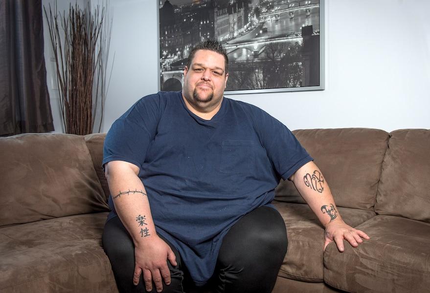 Un obèse morbide qui a perdu 200 livres combat encore son