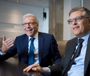 Les chefs d'antenne Pierre Bruneau et Paul Larocque.
