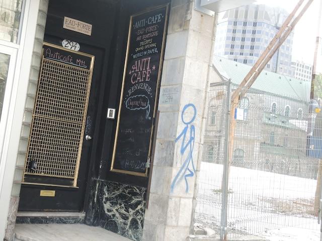 À l'extérieur, aucun écriteau n'indique sa présence, juste un discret tableau noir, sur le côté de la porte du 294, rue Sainte-Catherine Ouest.