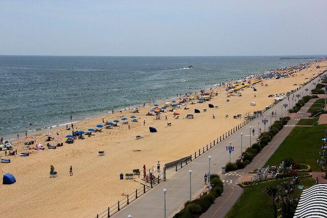 Le long de l'océan Atlantique, Virginia Beach, la plus grande ville de l'État de la Virginie, aux États-Unis, offre à ses visiteurs pas moins de 45 km de plage publique