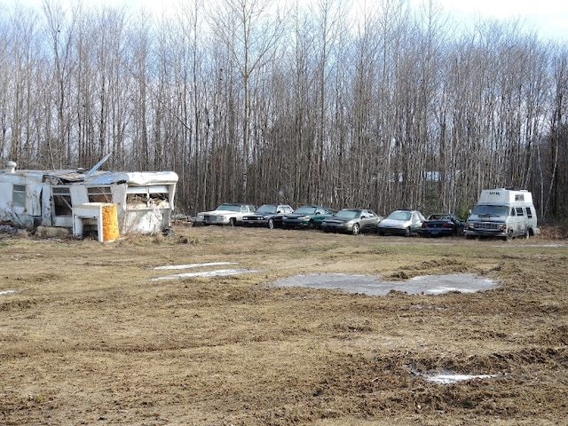 Par moments, il entrepose aussi jusqu'à 200 voitures afin de les réparer ou d'en vendre les pièces.