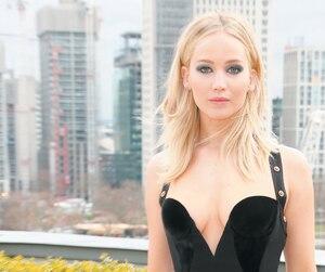 Jennifer Lawrence a opté pour une robe décolletée, malgré le froid, lors d'une rencontre avec les médias londoniens.