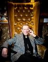 L'homme d'affaires Jean-Guy Mathers a déjà acheté son cercueil plaqué or et son corbillard avant sa mort, qu'il exhibe devant son nouveau spa avec d'autres voitures.