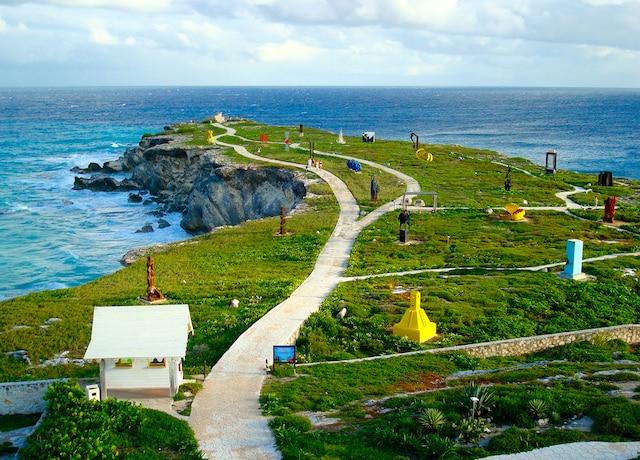 Vue sur le jardin du phare de Punta Sur,   Isla Mujeres, à 25 minutes de traversier  Cancún, au Mexique.