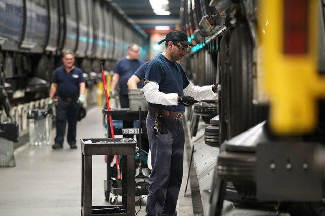 Le service de métro s'interrompt chaque nuit pendant quatre heures. Des ouvriers profitent de cette mince fenêtre de temps pour travailler sur les quelque 130 chantiers souterrains qui ne peuvent pas être actifs lorsque la clientèle est présente dans le métro.