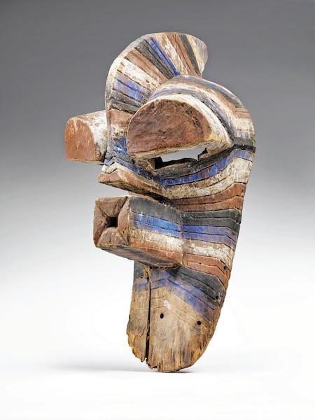 <b>Masque kifwebe</b><br /> <b>Avant 1967 - Bois, pigments</b><br /> Une sculpture africaine qui rappelle les cubistes. Œuvre d'un artiste songye, de la République démocratique du Congo.