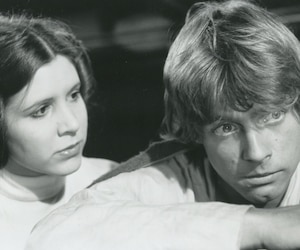 Carrie Fisher et Mark Hamill dans une scene du film Star Wars, 1977