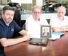 Éric, Christian et Bernard Fréchette (de gauche à droite sur la photo) expliquent que leur mère Yolande Nadeau se blessait souvent au CHSLD L'Eden de Laval, notamment en raison du manque de personnel pour la surveiller.