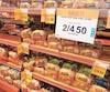 Selon le Bureau de la concurrence, les membres du cartel évoquaient chaque année, pendant plus de 14ans, une «convention 7/10» alors que l'augmentation était de 7cents par pain pour les grossistes et de 10cents pour les consommateurs chez les détaillants. Hier, on a constaté des rabais et promotions sur le pain tranché dans une épicerie Provigo Le Marché de Québec.