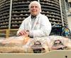 Le président de la boulangerie St-Méthode, Benoît Faucher, devant un carrousel qui permet à 3500pains de refroidir en 45minutes pour pouvoir être emballés. L'entreprise a récemment annoncé un investissement de 14 millions de dollars.
