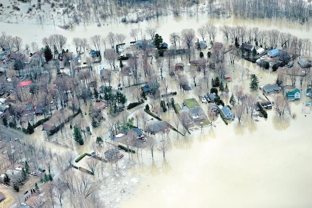 Cette vue aérienne prise à Rigaud démontre  une partie de l'étendue des dégâts. Ces maisons et ces terrains ont été envahis par l'eau.
