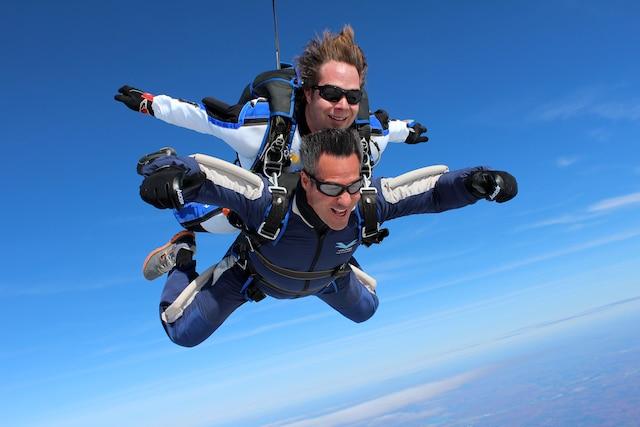 L'ancien skieur de bosses Pierre-Alexandre Rousseau adore son boulot d'instructeur de parachutisme à l'école Voltige.