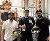 Nicolas Bériault, Dominic Proulx et Mathieu Caron avec leur alambic personnalisé et les ingrédients qui composent leur Gin 3 Lacs.