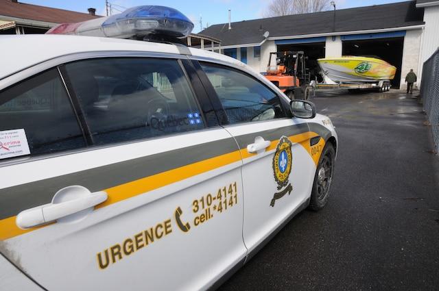La Sûreté du Québec a démantelé le mercredi 8 mars 2017 une organisation criminelle active dans les vols de cargaison et de vols de véhicules de luxe qui sévissait au Québec, en Ontario et au Nouveau-Brunswick. Sur la photo, les policiers saisissent un bateau dans le cadre d'une perquisition menée à Saint-Paul-de-l'Île-aux-Noix, en Montérégie. SYLVAIN DENIS/AGENCE QMI