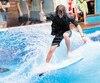Frédéric Asselin est un des nombreux passionnés de surf de la métropole. Entre les appels vers l'océan, il s'adonne à son art sur les quelques emplacements réputés pour le surf de rivière dans la grande région de Montréal.