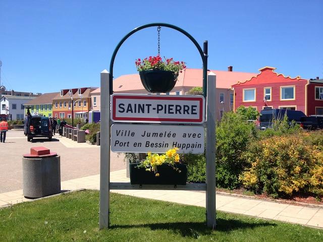 Ville de Saint-Pierre, capitale de l'archipel français.