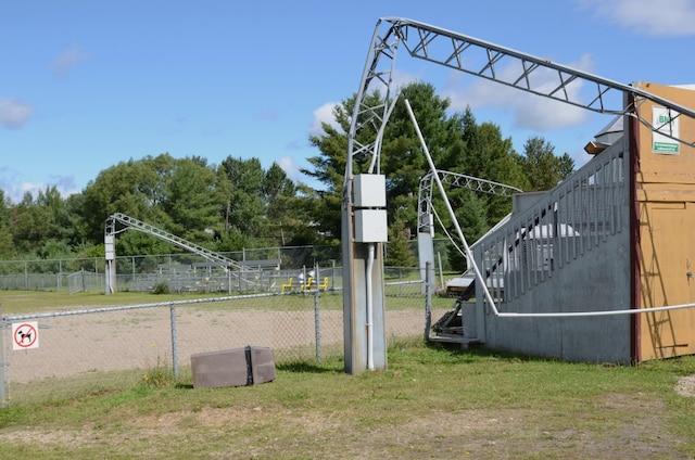 Les vents violents ont fait tordre les lampadaires du terrain de baseball