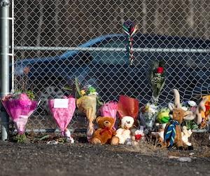De nombreuses personnes ont déposé des peluches ou des fleurs près du boisé où les ossements de Cédrika Provencher ont été retrouvés.