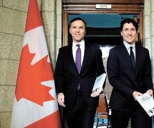 Le ministre des Finances Bill Morneau et le premier ministre Justin Trudeau au moment de dévoiler le plus récent budget fédéral, le 27février dernier au parlement.