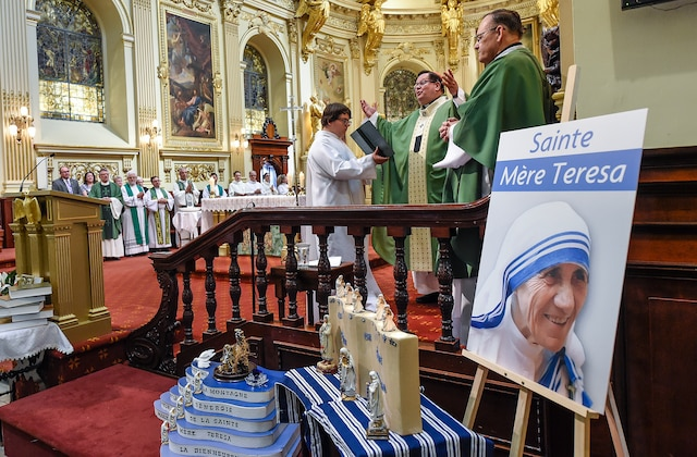 La basilique-cathédrale Notre-Dame de Québec était pleine à craquer dimanche matin alors qu'une messe d'Action de grâce a été célébrée en l'honneur  de mère Teresa, qui a été élevée au rang de sainte quelques heures plus tôt.