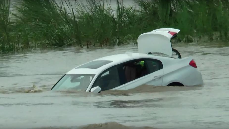 [VIDÉO] Il pousse sa BMW dans une rivière