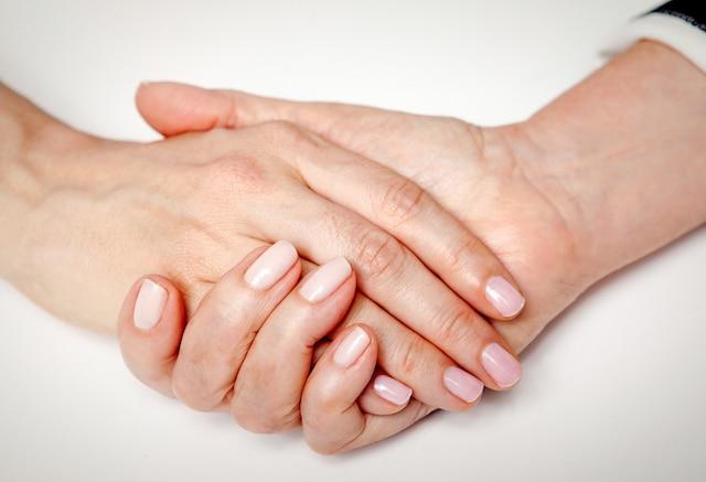 Les mains de Lise Watier pour la fondation Les impatients.