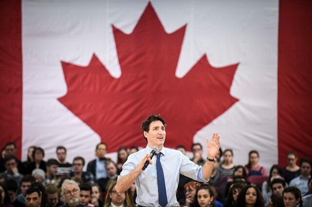 Selon l'estimation fournie par l'entourage du premier ministre, environ 900 personnes se sont déplacées à l'école secondaire De Rochebelle, située dans le secteur Sainte-Foy, pour participer à l'événement.